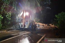 Jalan Bukittinggi-Pasaman Barat sudah bisa dilewati setelah longsor