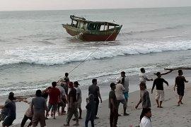Meski gelombang tinggi, nelayan Mukomuko tetap melaut