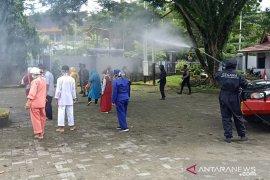 Satuan Brimob Polda Maluku semprotkan disinfektan di sejumlah tempat umum di Ambon