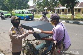 Polres Subang bagikan ratusan nasi kotak peduli COVID-19 kepada pengendara