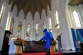 Persiapan jelang Ibadah Di Gereja Katedral Page 1 Small