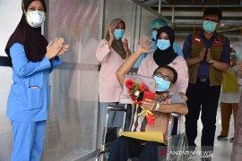 Kebahagiaan tim medis, pasien COVID-19 terakhir di RSUD AA Riau dinyatakan sembuh