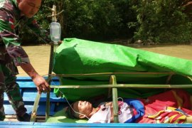 Satgas Pamtas Yonif R-641/Bru arungi sungai evakuasi seorang lansia mengalami stroke