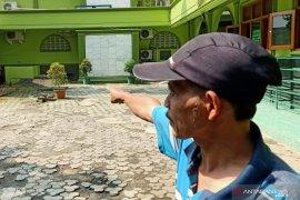 Cairan diduga air keras disemprotkan oknum ke lantai masjid