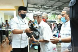 Gubernur Erzaldi bagikan paket sembako kepada masyarakat Girimaya