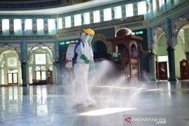 Jelang dibuka, Masjid Al-Azhom Kota Tangerang disemprot disinfektan