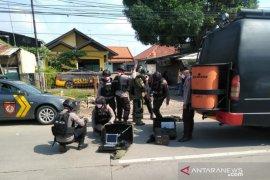 Tas misterius diduga bom berisi kabel terlilit di Karawang