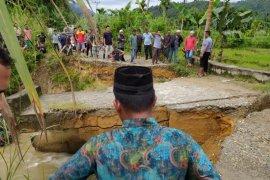 Jembatan penghubung diterjang banjir, lintas Aceh Timur dan Gayo Lues lumpuh