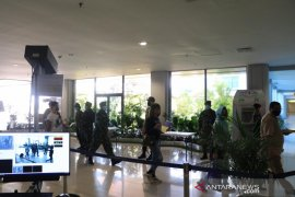 Prajurit TNI AU bantu awasi penumpang tiba di Bandara Ngurah Rai