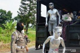 """Satpol PP razia """"Manusia Silver"""" di Kota Medan"""