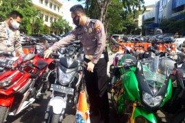 Polda Jatim amankan 302 sepeda motor saat PSBB Surabaya tahap ketiga