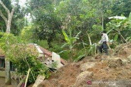 Puluhan KK di Campaka Cianjur mengungsi akibat longsor