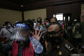 Hakim tegur pengunjung sidang karena berdempetan saat sidang Jiwasraya