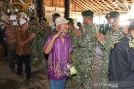 Pisah sambut Satgas Perbatasan RI-Malaysia di Mahakam Ulu berlangsung haru