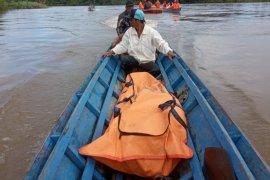 Intal warga Teluk Sindor mengapung di sungai Kapuas