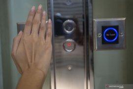 Cegah COVID-19 di lift, jangan lupa pakai  masker