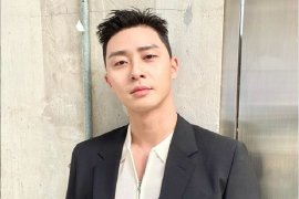 Park Seo Joon terima Youtube  Gold Play Button