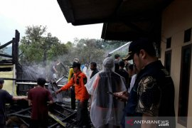 Diduga arus pendek listrik, rumah warga Sukawargi Cianjur terbakar