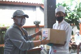 Bupati Tabanan bantu sembako-masker kepada 68 pemangku