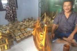 Kerajinan miniatur di Lebak berdayakan siswa keluarga miskin