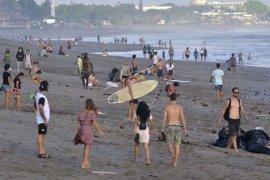 Wisatawan tetap ke pantai Canggu yang masih tutup