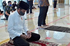 President Jokowi performs Friday prayers at Baitturrahim Mosque