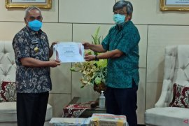 PT Bara Tabang Group serahkan bantuan 20 ribu alat rapid tes