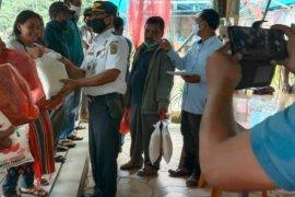 Nelayan Parapat dapat paket sembako dari pengurus koperasi