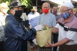 Wali Kota Banjarmasin serahkan bantuan sembako kepada OTG