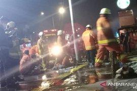 Delapan mobil damkar padamkan kebakaran di Gedung BRI