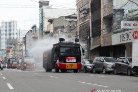 Brimob Polda Sumut lakukan penyemprotan disinfektan skala besar di Medan