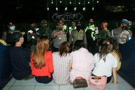 Sekumpulan muda mudi ketahuan pesta minuman keras di Mataram