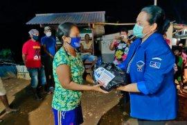 Anggota DPRD  Maluku berikan bahan pokok bagi warga terdampak COVID - 19