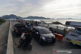 Warga padati objek wisata pantai di Aceh Besar