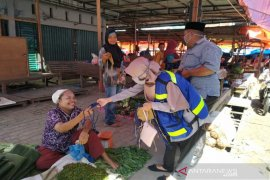 SMGP bersama RENTAN bagi-bagi masker di pasar Panyabungan