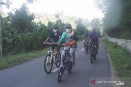 Hamim Pou sosialisasi normal baru sambil bersepeda