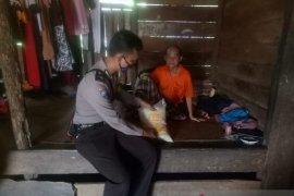 Polres Bangka Barat salurkan bantuan sembako ke warga Tempilang