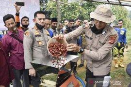 """""""Copsffee"""" produk kopi kemasan hasil kerja sama Polres Bogor dan kelompok tani Sukamakmur"""