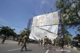 Puluhan Baliho Di Jalan Ahmad Yani di Turunkan