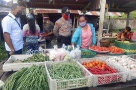 Polres Bangli pantau  pasar dan bagikan beras Kapolri ke manula