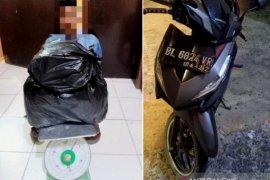 Polisi pos COVID-19 tangkap pria pembawa ganja