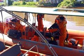 Tim Basarnas Pontianak mencari tiga korban kecelakaan di air