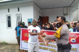Kapolri berikan bansos untuk mahasiswa asal Papua dan Papua Barat di Ambon