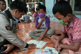 Guru datangi rumah siswa karena jaringan internet terbatas di pelosok Cianjur