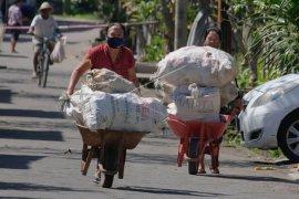 Penukaran sampah plastik dengan beras