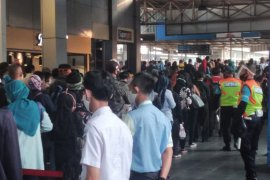 Calon penumpang KRL di Stasiun Citayam padat