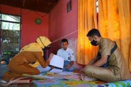Foto - Guru SMA Kabila awasi ujian sekolah di rumah