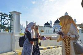 Nurmiaty bagikan masker kain sejumlah lokasi di Banda Aceh
