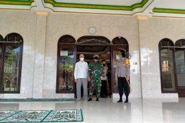 Normal baru, TNI-Polri cek kesiapan masjid di Karangasem-Bali