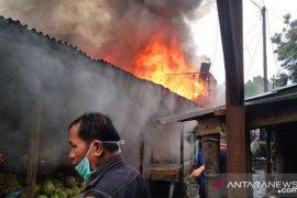 Sepuluh rumah hangus terbakar